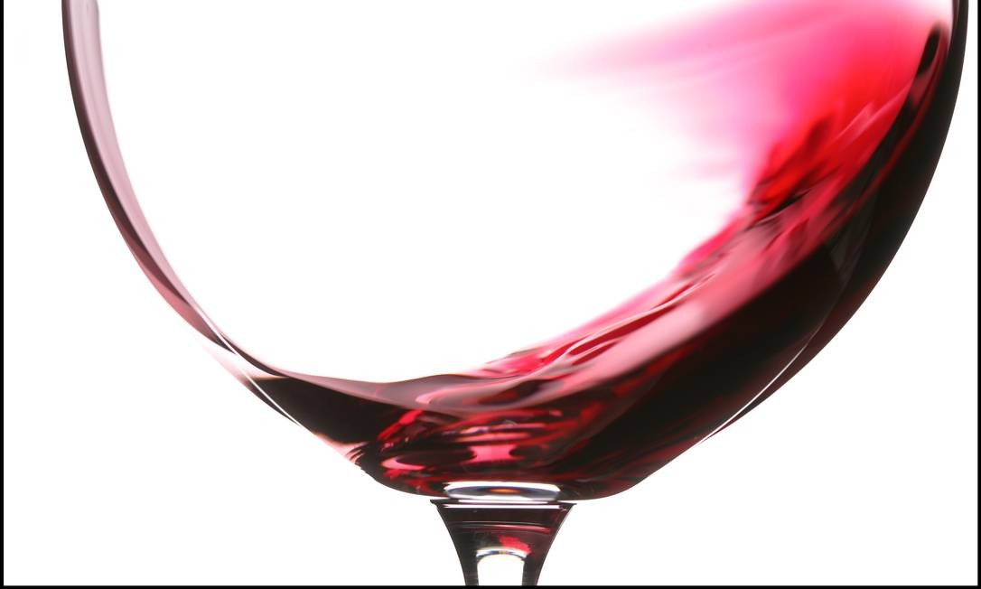 Um novo estudo divulgou que os danos à saúde aumentam com cada drinque a mais bebido por dia. Mas esses riscos são menores do que se imagina Foto: TONY CENICOLA / NYT