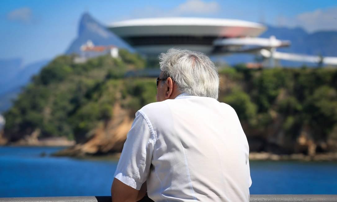 Idoso observa vista no bairro da Boa Viagem: cerca de 25% da população do bairro possui mais de 60 anos Foto: Roberto Moreyra / Agência O Globo