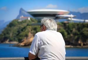 Idoso observa vista da Boa Viagem: cerca de 25% da população do bairro possui mais de 60 anos Foto: Roberto Moreyra / Agência O Globo