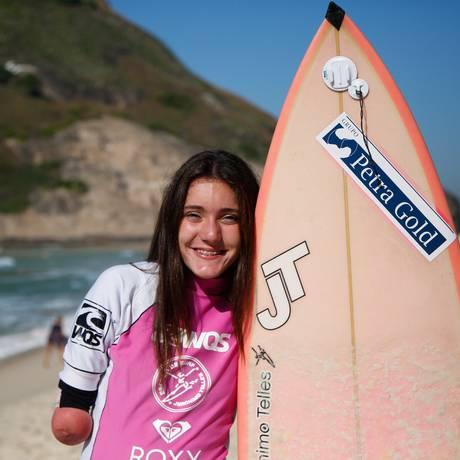 Com 13 anos, a jovem se prepara para o Mundial de Surfe Adaptado em La Jolla, na Califórnia Foto: Emilly Almeida