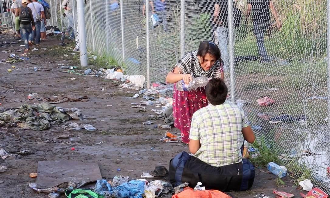 Na linha de frente. Erika Rossi ajuda refugiado no ápice da crise migratória; hoje, ela não tem mais acesso à fronteira com a Sérvia por restrições da Hungria Foto: Agência O Globo