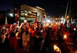 Simpatizantes de Lula fazem vigília em frente à da PF em Curitiba Foto: RODOLFO BUHRER / REUTERS