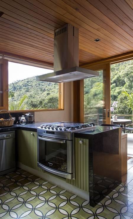 Bancada é integrada para que os convidados e os proprietários que gostam de cozinhar se confraternizem. Foto: Divulgação / Divulgação