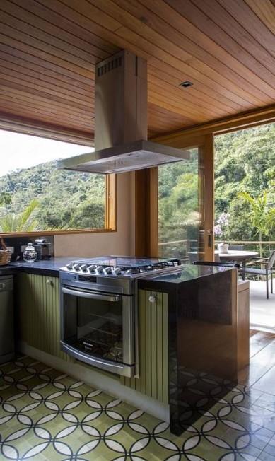 Bancada é integrada para que os convidados e os proprietários que gostam de cozinhar se confraternizem. Divulgação / Divulgação