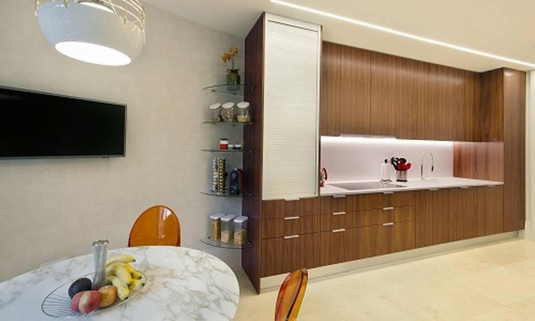 No apartamento em Londres projetado por Andrea Chicharo, a iluminação em led é o que tem de mais atual. Para as copa foi escolhido um papel de parede bem discreto para ambientar. Foto: Divulgação / Divulgação