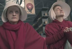 Offred (Elisabeth Moss) e Janine (Madeline Brewer) em cena na segunda temporada da série 'The handmaid's tale' Foto: George Kraychyk/Hulu / Divulgação