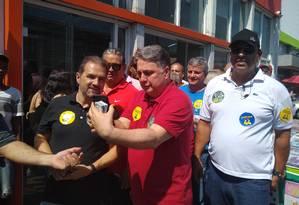Garotinho (PRP) faz transmissão ao vivo enquanto caminha na Taquara, ao lado do senador Eduardo Lopes (PRB), candidato à reeleição Foto: Bernardo Mello / Agência O Globo