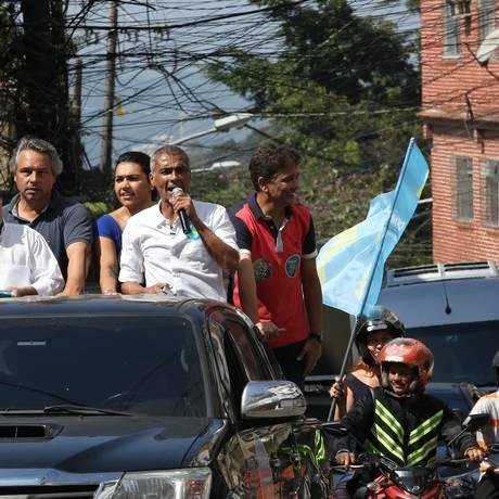Romário faz campanha com Fernando Mac Dowell Filho (de azul) e Bebeto Foto: Pedro Teixeira / Agência O Globo