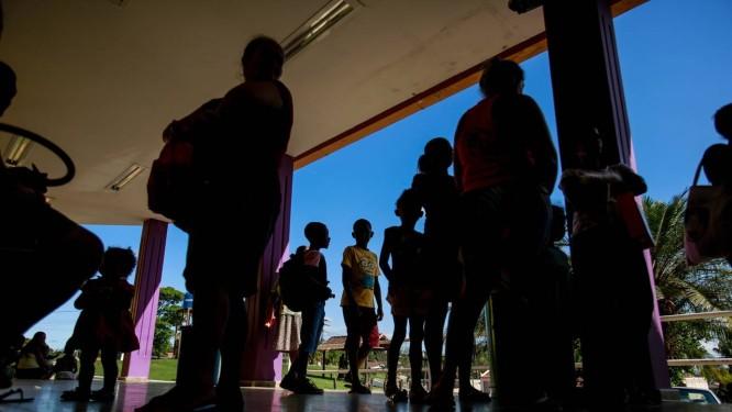 Depois de passarem a madrugada numa longa fila para marcar consultas, mães aguardam atendimento para os filhos no Hospital Geral de São Vicente de Paula, em Araruama, na Região dos Lagos: poucas vagas Foto: Brenno Carvalho / Agência O Globo