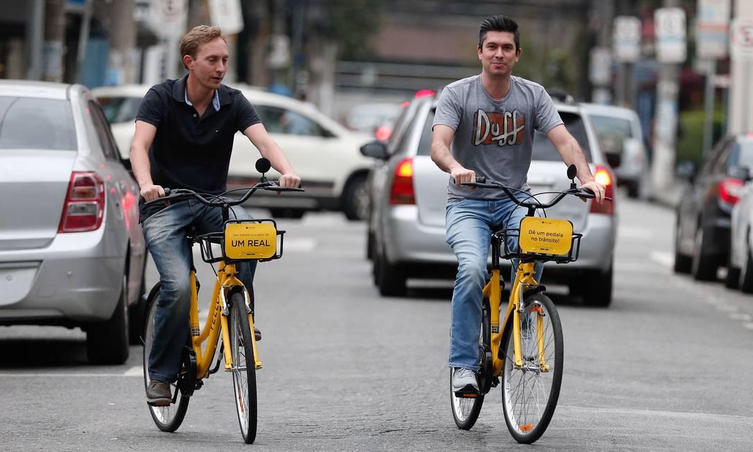 Aposta. Lambrecht (esquerda) e Freitas nas bikes da Yellow: eles captaram R$ 50 milhões para criar nova start-up Foto: Marcos Alves / Agência O Globo