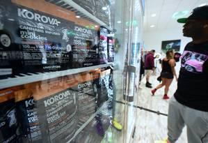 """Homem observa vitrine com minicookies feitos com maconha: mercado de """"cannabis"""" já emprega cem mil pessoas nos Estados Unidos Foto: FREDERIC J. BROWN / AFP"""