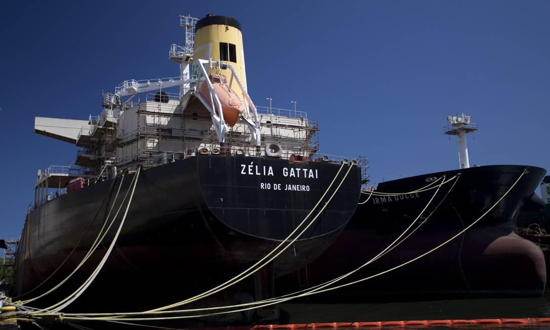 Abandono. Os petroleiros Zélia Gattai e Irmã Dulce, no Mauá: quase prontos Foto: Márcia Foletto / Agência O Globo