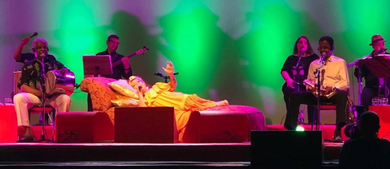 Beth Carvalho faz show deitada ao lado do grupo Fundo de Quintal Foto: Bernardo Araujo