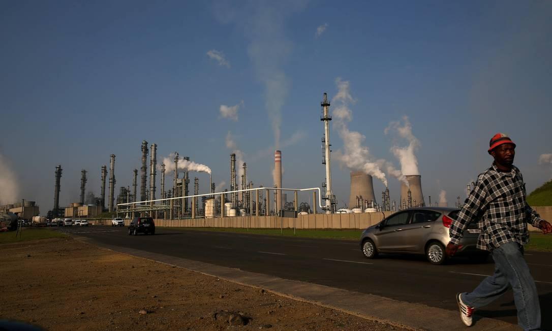 Homem caminha junto a instalações da Sasol no Norte de Joanesburgo: empresa quer aumentar participação de negros em seu controle para pelo menos 25% Foto: REUTERS/Siphiwe Sibeko/01-03-2016