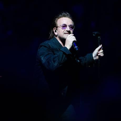 Bono canta em show do U2 em Berlim, na sexta-feira. No dia seguinte, vocalista interrompeu a apresentação Foto: PAUL ZINKEN / AFP