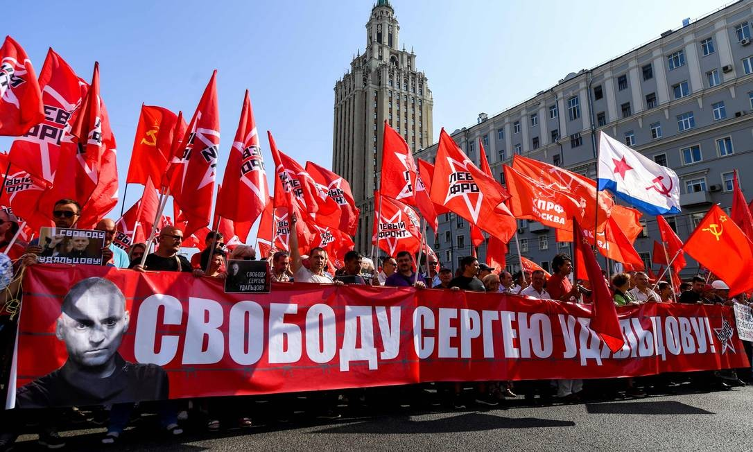 Com bandeiras e cartazes do Partido Comunista, milhares de russos tomaram parte de manifestação contra a reforma da Previdência em Moscou, um dos muitos protestos do tipo no país neste domingo Foto: AFP/KIRILL KUDRYAVTSEV
