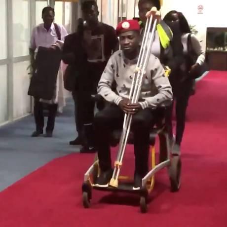 Bobi Wine em uma cadeira de rodas pouco antes de embarcar para os EUA no Aeroporto Internacional de Entebbe: imagem foi publicada por ele na sua conta na rede social Twitter Foto: SOCIAL MEDIA / REUTERS/Mídias sociais