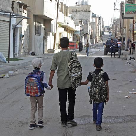 Refugoados palestinos caminham para a escola em Baqa, região próxima à Jerusalém Foto: AHMAD ABDO / AFP/08-09-2018