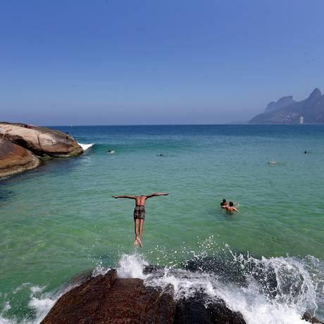 Banhistas aproveitam as águas cristalinas no domingo de sol Foto: Marcio Alves / Agência O Globo