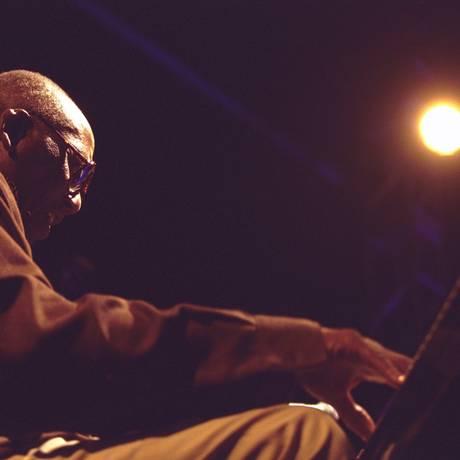 Randy Weston, em 2001, no palco Club do Free Jazz Festival, no Museu de Arte Moderna do Rio Foto: Ivo Gonzalez / Agência O Globo