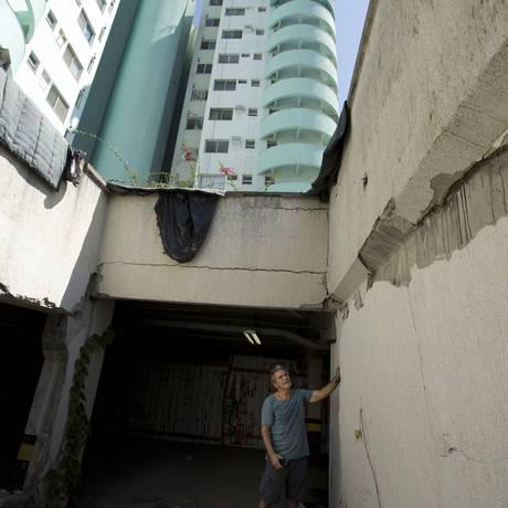 Joaquim observa rachaduras na garagem do prédio Foto: Márcia Foletto / Agência O Globo