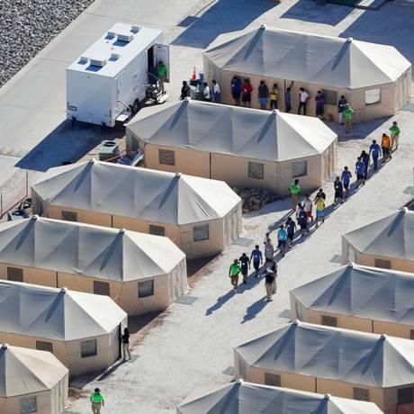 Crianças imigrantes andam em abrigo improvisado do Texas no dia 19 de junho de 2018, quando política de tolerância zero dos EUA ainda estava em vigor Foto: Mike Blake / REUTERS