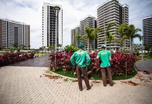 Espera. Dois dos 350 funcionários que cuidam do Ilha Pura Foto: Bárbara Lopes