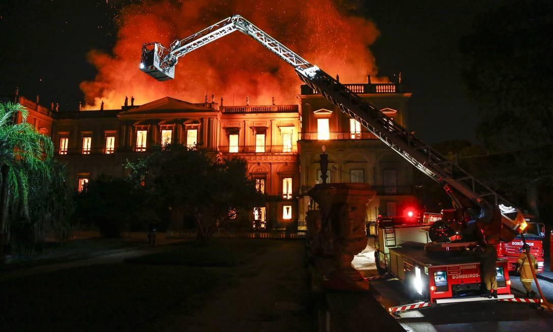Um incêndio de grandes proporções atinge o Museu Nacional, na Quinta da Boa Vista, em São Cristóvão Foto: Uanderson Fernandes / Agência O Globo