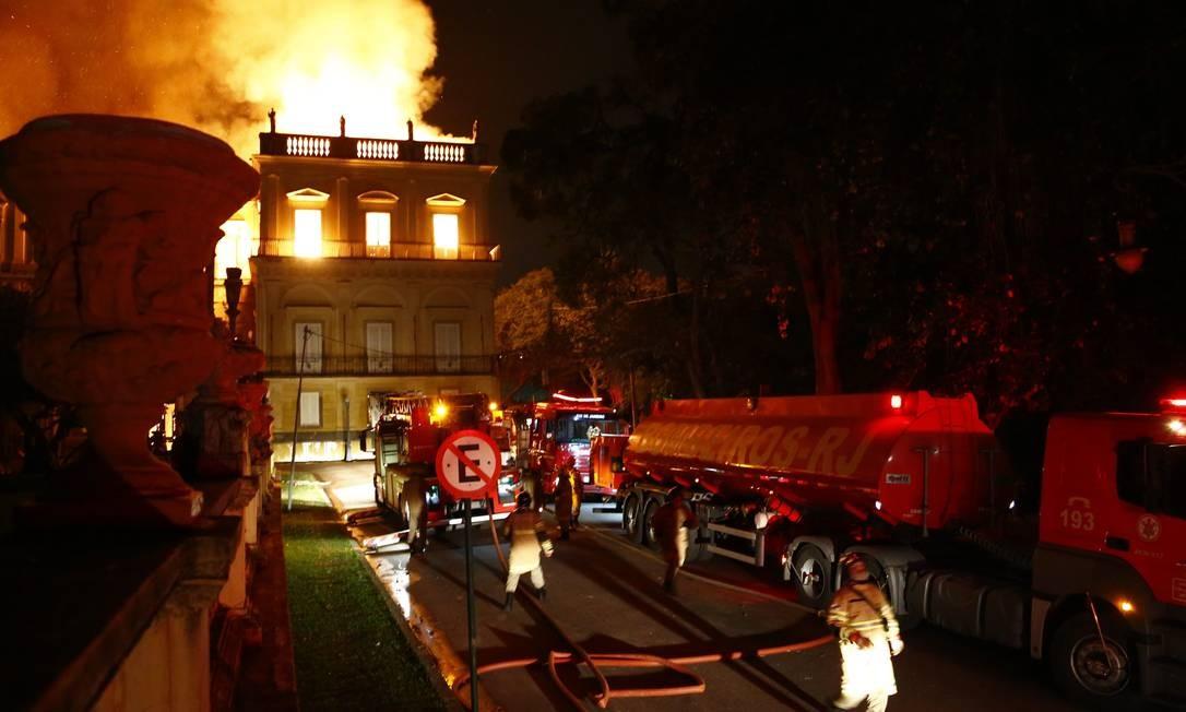 Oitenta homens de 12 quartéis e 21 viaturas trabalharam no combate ao incêndio do Museu Nacional, em São Cristóvão Uanderson Fernandes / Agência O Globo
