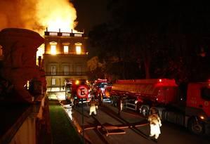 Oitenta homens de 12 quartéis e 21 viaturas trabalharam no combate ao incêndio do Museu Nacional, em São Cristóvão Foto: Uanderson Fernandes / Agência O Globo