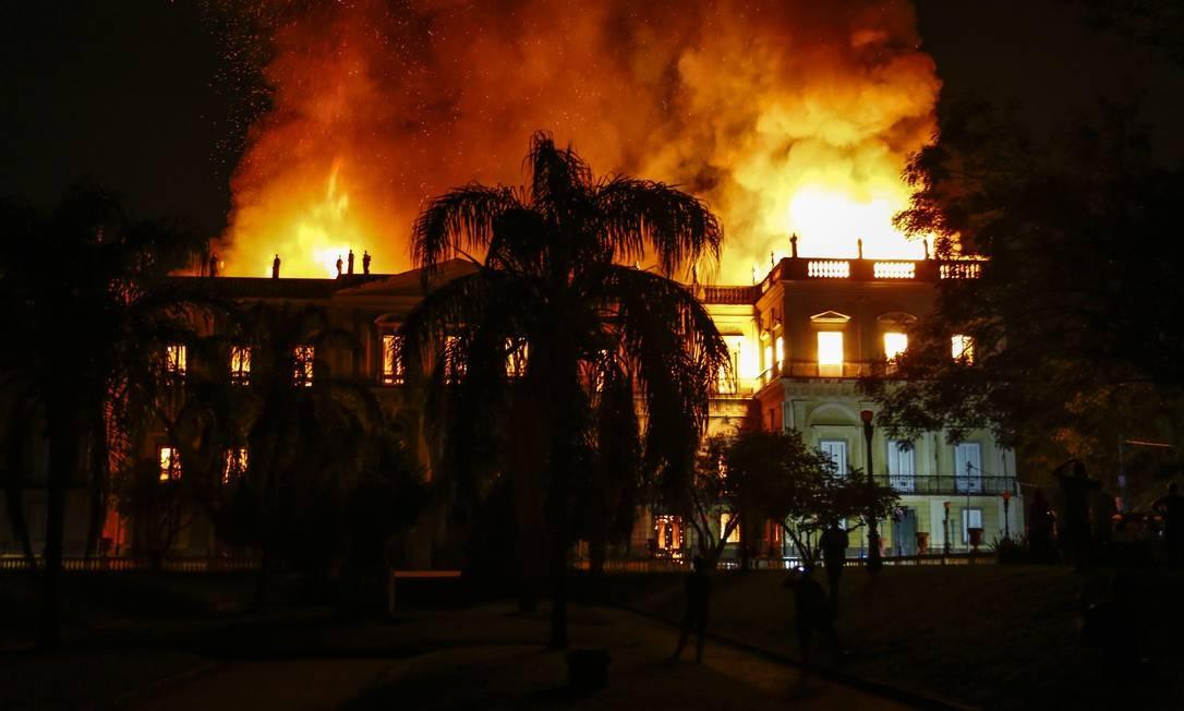 As chamas se alastraram no prédio do Museu, que tem três andares e abrigava um acervo de 20 milhões de itens Foto: Uanderson Fernandes / Agência O Globo