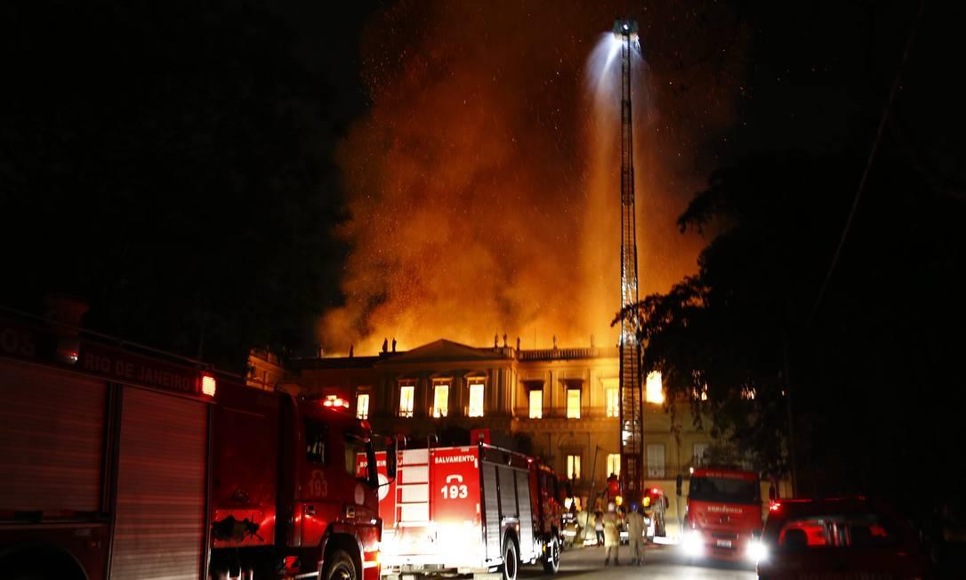 Os bombeiros tiveram que acionar as concessionárias para cortar o gás e os escapes que pudessem alastrar ainda mais o fogo Foto: Uanderson Fernandes / Agência O Globo