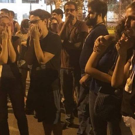 Funcionários do Museu Nacional choram Foto: Beatriz Motta / EXTRA