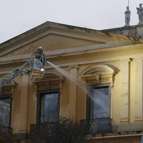 Bombeiros em operação rescaldo no Museu Nacional, na manhã desta segunda-feira Foto: Fábio Gonçalves