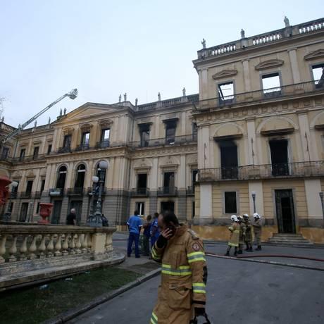 Bombeiros fazem trabalho de rescaldo após incêndio no Museu Nacional Foto: Fabio Gonçalves / Agência O Globo