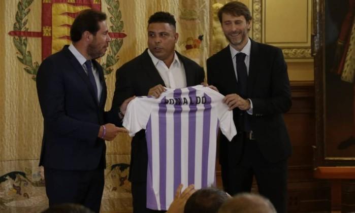 xRONALDO V1.jpg.pagespeed.ic.tiuxnrcKnG - Ronaldo Fenômeno é apresentado como novo dono de time da primeira divisão espanhola