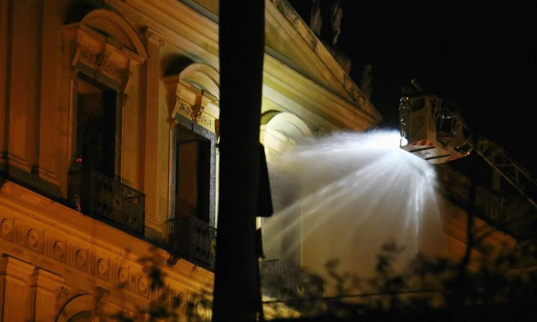 Bombeiros fazem trabalho de rescaldo durante a madrugada no museu, que atraía entre 5 a 10 mil pessoas por mês Fabio Gonçalves / Agência O Globo