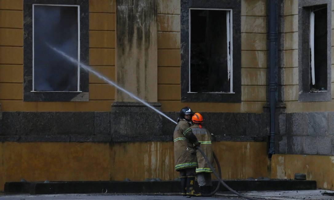 No início da manhã, bombeiros trabalham no rescaldo do incêndio do museu Foto: Fabio Gonçalves / Agência O Globo
