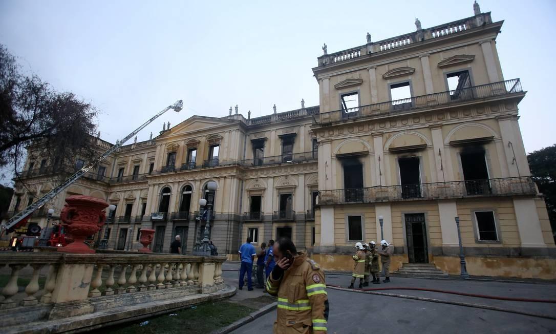 Bombeiros em frente ao museu. Pelas janelas, é possível ver a destruição do prédio Foto: Fabio Gonçalves / Agência O Globo