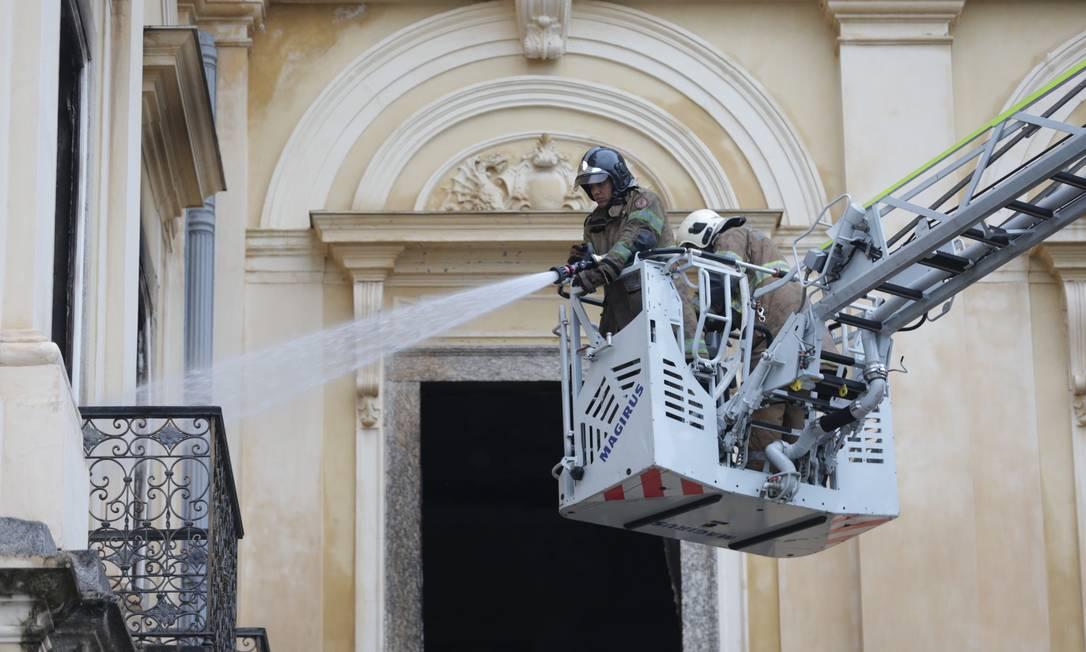 Bombeiros apagam foco de incêndio no museu de São Cristóvão na manhã desta segunda-feira Foto: Marcio Alves / Agência O Globo