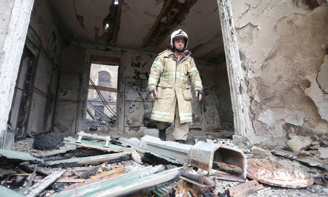 Bombeiro anda por escombros de área do Museu Nacional que ficou totalmente destruída pelo incêndio Foto: Marcio Alves / Agência O Globo