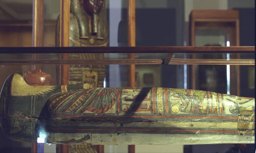 Esquife de Sha-amun-em-su e a tampa externa do sarcófago da múmia Hori, ao fundo Foto: Marcelo Sayão