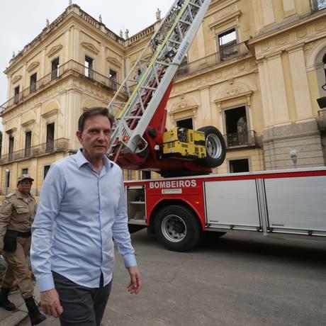 O prefeito Marcello Crivella acompanha o trabalho de rescaldo dos bombeiros no prédio do museu Nacional Foto: Marcio Alves / Agência O GLOBO