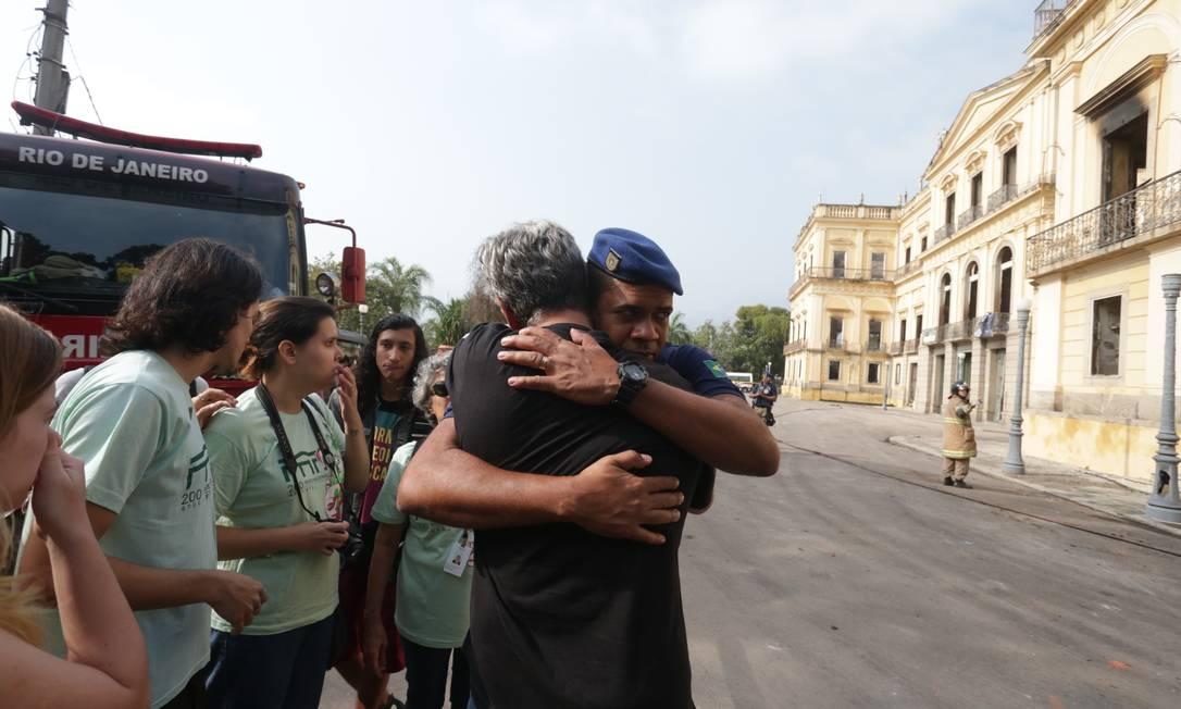 Emoção: funcionários do Museu Nacional se abraçam e choram em frente à instituição Foto: Marcio Alves / Agência O Globo