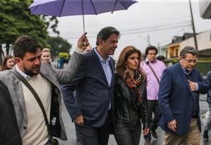 Acompanhado de advogados de Lula Fernando Haddad chega ao lado da mulher Ana Estela à sede da PF, em Curitiba Foto: Geraldo Bubniak / Agência O Globo