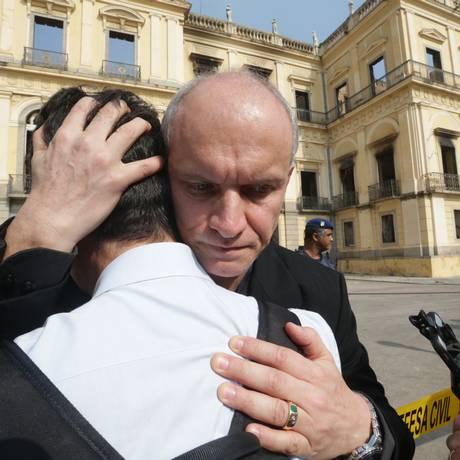 Diretor do Museu Nacional, Alexander Kellner, abraça funcionário Foto: Marcio Alves / Agência O GLOBO