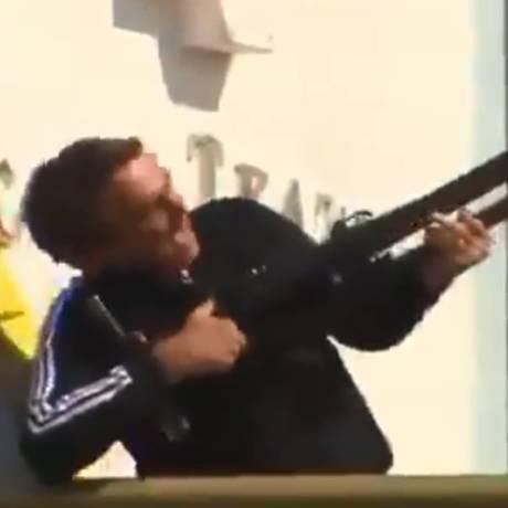 Bolsonaro simula arma com tripé de câmera Foto: Reprodução/Redes Sociais