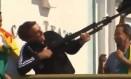 Durante a campanha presidencial, Bolsonaro simulou arma com tripé de câmera e disse: 'Vamos fuzilar a petralhada aqui do Acre' Foto: Reprodução/Redes sociais