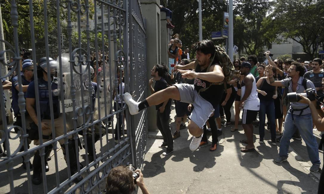 Manifestante chuta portão para entrar na Quinta da Boa Vista Foto: Gabriel de Paiva / Agência O Globo