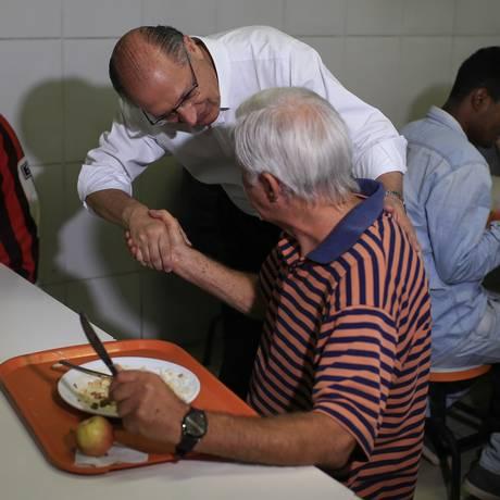 Alckmin cumprimenta eleitor em unidade do Bom Prato Foto: Edilson Dantas / Agência O Globo